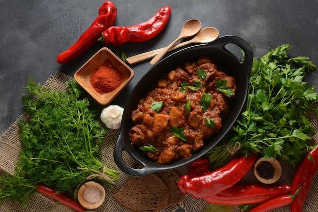 Gulasch traditioneller ungarischer rindfleischfleischeintopf