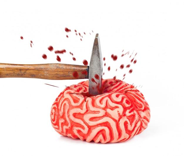 Gummi des menschlichen gehirns mit hammerschlag und blutfleck