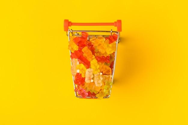Gummibärchen im einkaufswagen