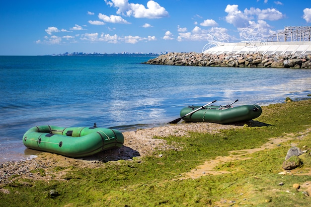 Gummiboot auf dem seeufer. schlauchboot aus gummi zum angeln