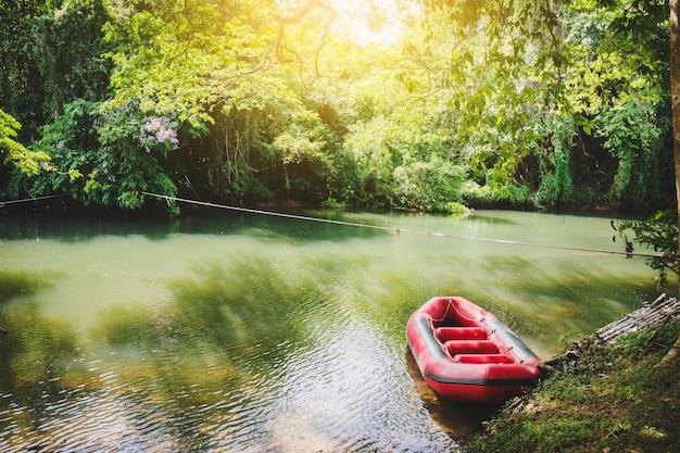 Gummiboot auf kanal am contryside von thailand