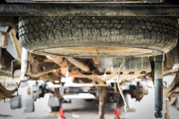 Gummiersatzteile des autos unter dem bauch des autos.