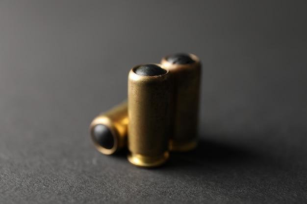 Gummigeschosse auf schwarz, nahaufnahme