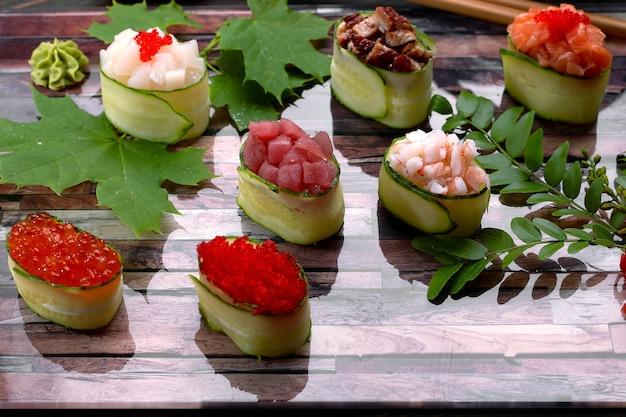 Gunkan maki in einer gurke mit meeresfrüchten