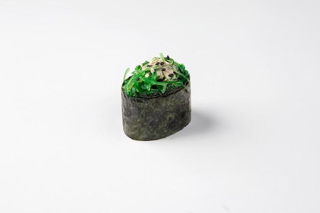 Gunkan sushi auf einer weißen oberfläche. menü, japan essen.