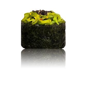 Gunkan sushi auf lokalisiertem weißem hintergrund.