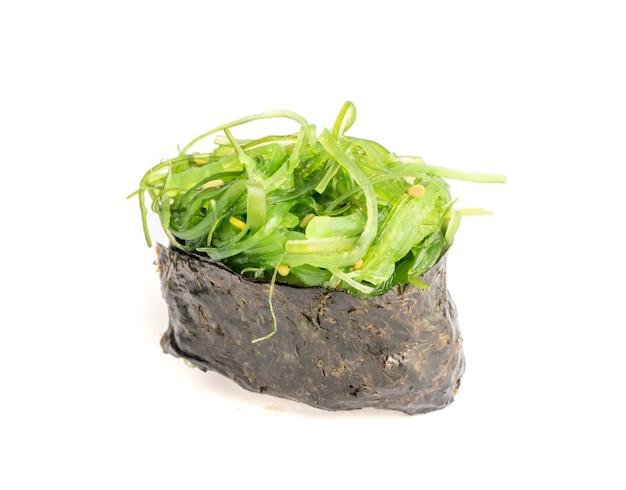 Gunkan sushi mit grünem seetang chukka