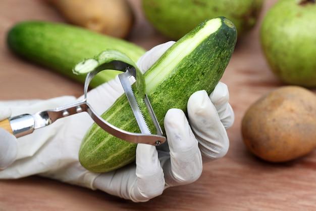 Gurke mit einem küchenmesser schälen