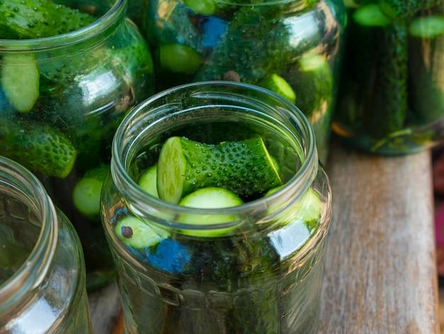 Gurken in einem glas, eingelegte essiggurken in dosen.