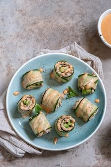 Gurkenbrötchen mit thunfisch-, avocado- und mayo-chili-sauce
