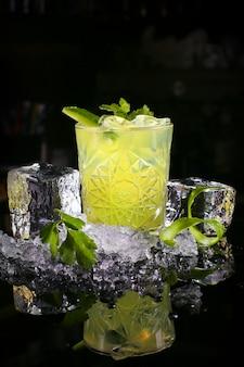 Gurkencocktailgetränk mit minzblättern