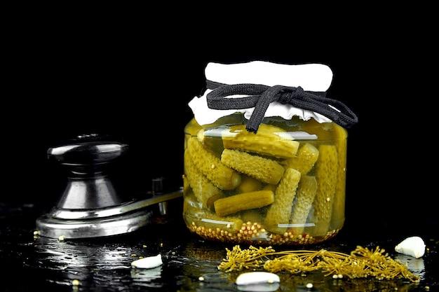 Gurkenkonserven in einer metallpfanne,