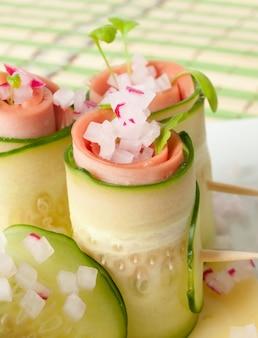 Gurkenröllchen und würstchen mit radieschengeschmack.
