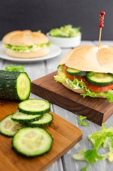 Gurkenscheiben und sandwich mit salat