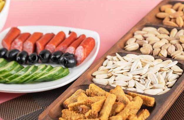 Gurkenwurstsalat mit crackern und trockenfrüchten
