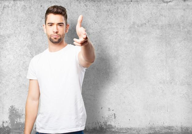 Gut aussehend mann in einem weißen t-shirt