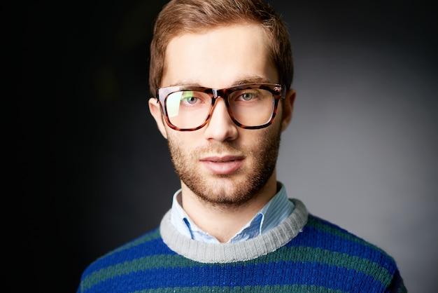 Gut aussehend mann mit brille