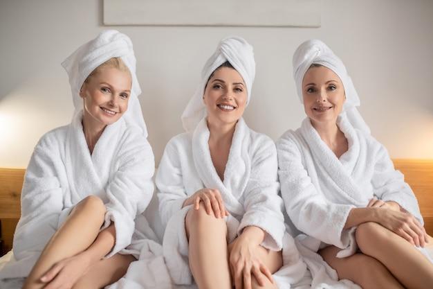 Gut aussehende erwachsene frauen in bademänteln