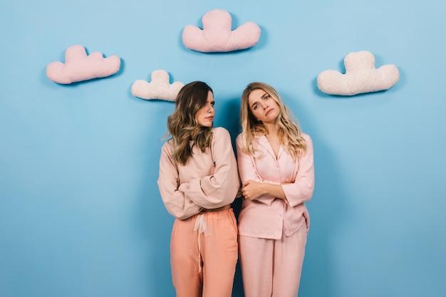 Gut aussehende frauen posieren im pyjama