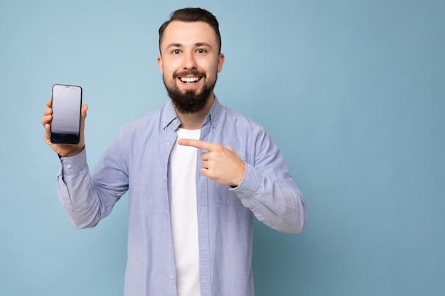Gut aussehende lächelnde erwachsene männliche person gut aussehend tragen lässig outfit stehen isoliert