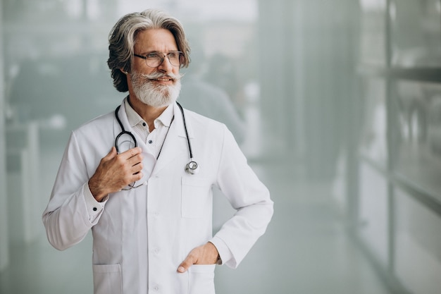 Gut aussehender arzt mittleren alters in einem krankenhaus