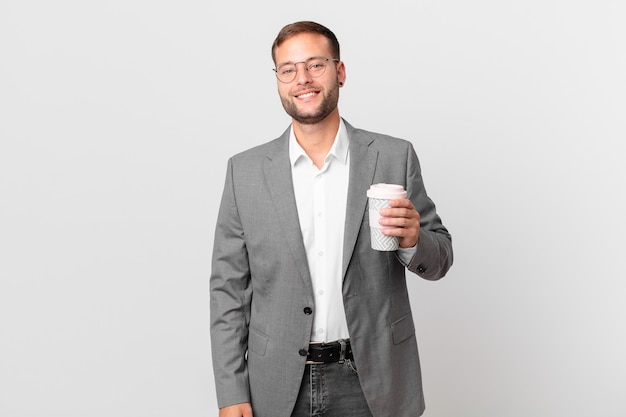 Gut aussehender geschäftsmann, der einen kaffee zum mitnehmen hält