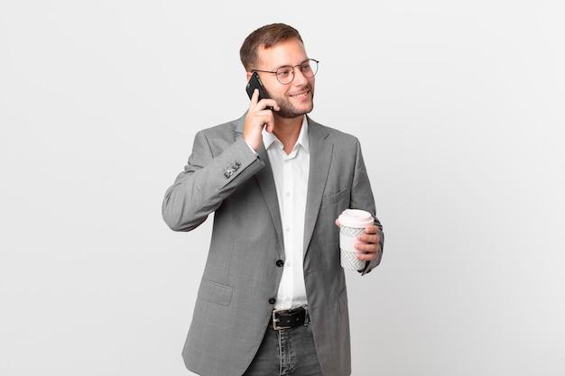 Gut aussehender geschäftsmann mit seinem smartphone