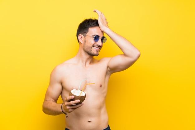 Gut aussehender junger mann in sommerkleidung hat etwas realisiert und beabsichtigt die lösung