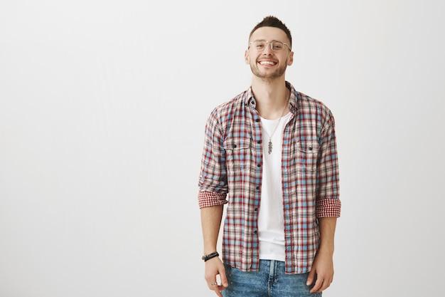 Gut aussehender junger mann posiert