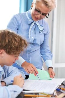 Gut aussehender lehrer und schüler haben unterricht