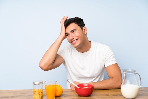 Gut aussehender mann beim frühstückslachen