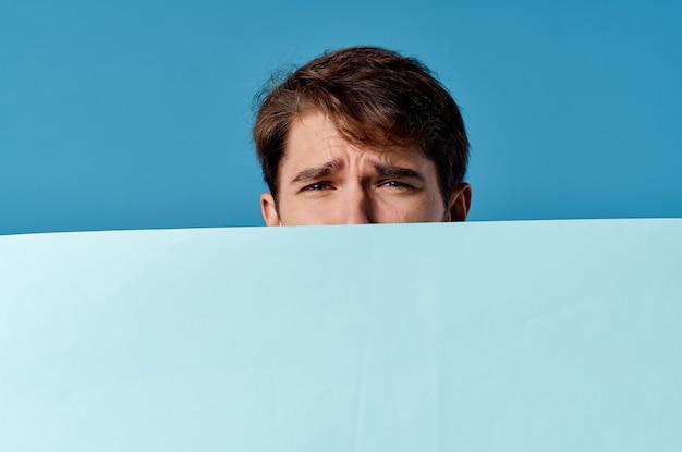 Gut aussehender mann blaue banner copyspace werbung präsentation blauer hintergrund
