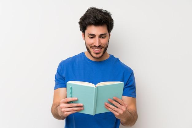 Gut aussehender mann, der ein buch hält und liest