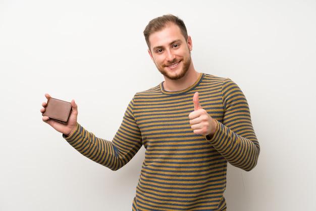 Gut aussehender mann, der eine geldbörse hält