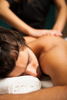 Gut aussehender mann, der eine massage hat