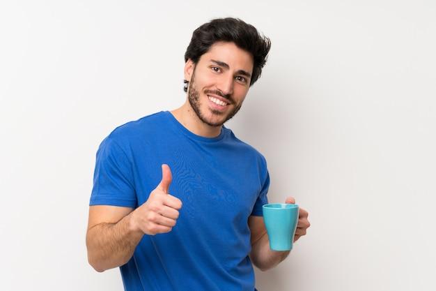 Gut aussehender mann, der heißen tasse kaffee hält