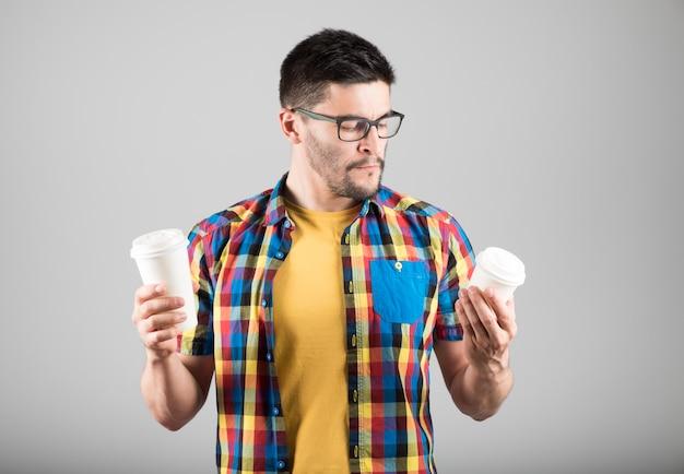Gut aussehender mann, der kaffee wählt