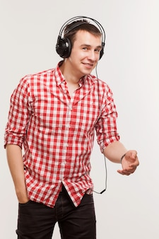 Gut aussehender mann, der musik hört
