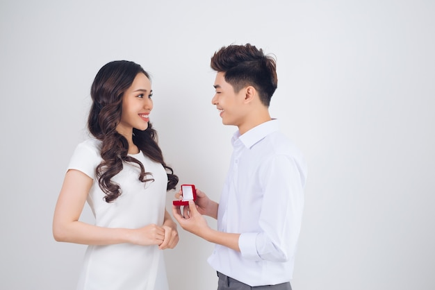 Gut aussehender mann, der seiner freundin einen verlobungsdiamantring zeigt. vorgeschlagene hochzeit.
