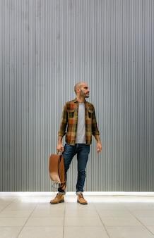 Gut aussehender mann des porträts mit rucksack