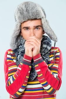 Gut aussehender mann fühlt sich kalt