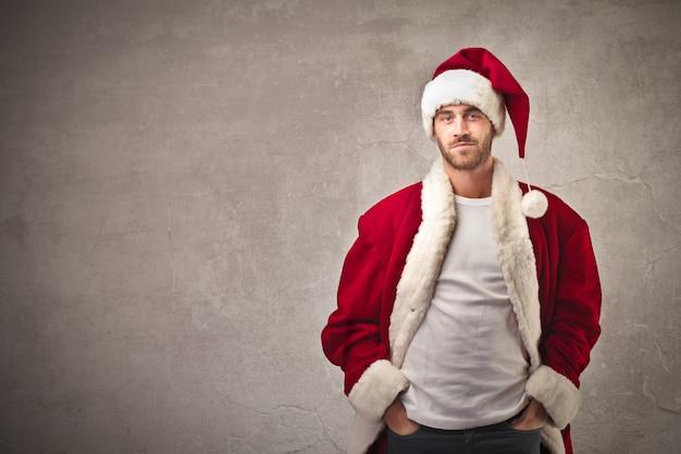 Gut aussehender mann, gekleidet wie der weihnachtsmann