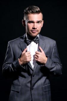 Gut aussehender mann im anzug