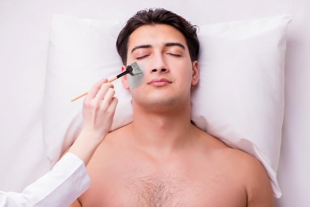 Gut aussehender mann im badekurortmassagekonzept