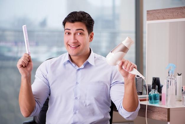 Gut aussehender mann im friseursalon, der haarschnitt tut