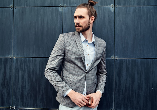Gut aussehender mann im grauen karierten anzug