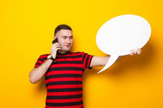 Gut aussehender mann im hellen t-shirt mit spracheblase