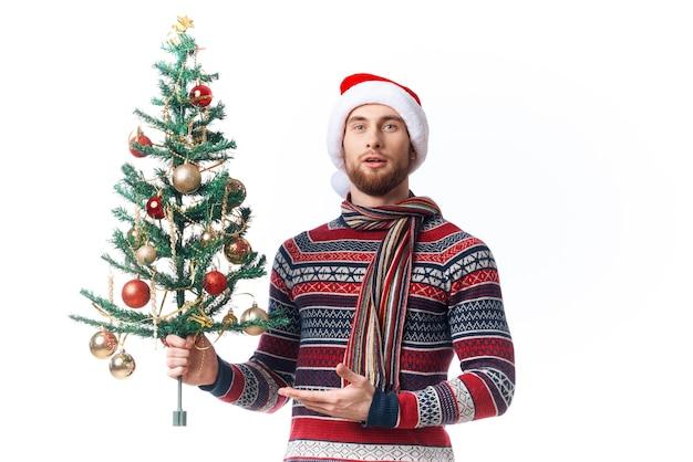 Gut aussehender mann im neujahr kleidung dekoration weihnachten isoliert hintergrund