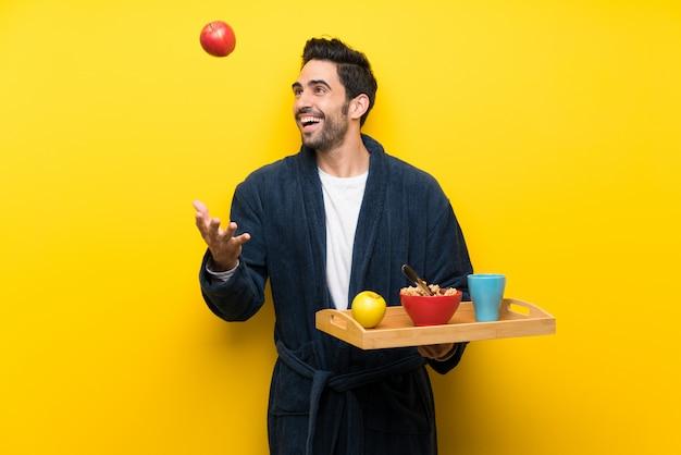 Gut aussehender mann im pyjama