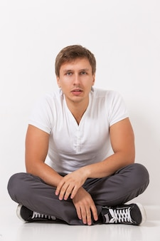Gut aussehender mann im t-shirt